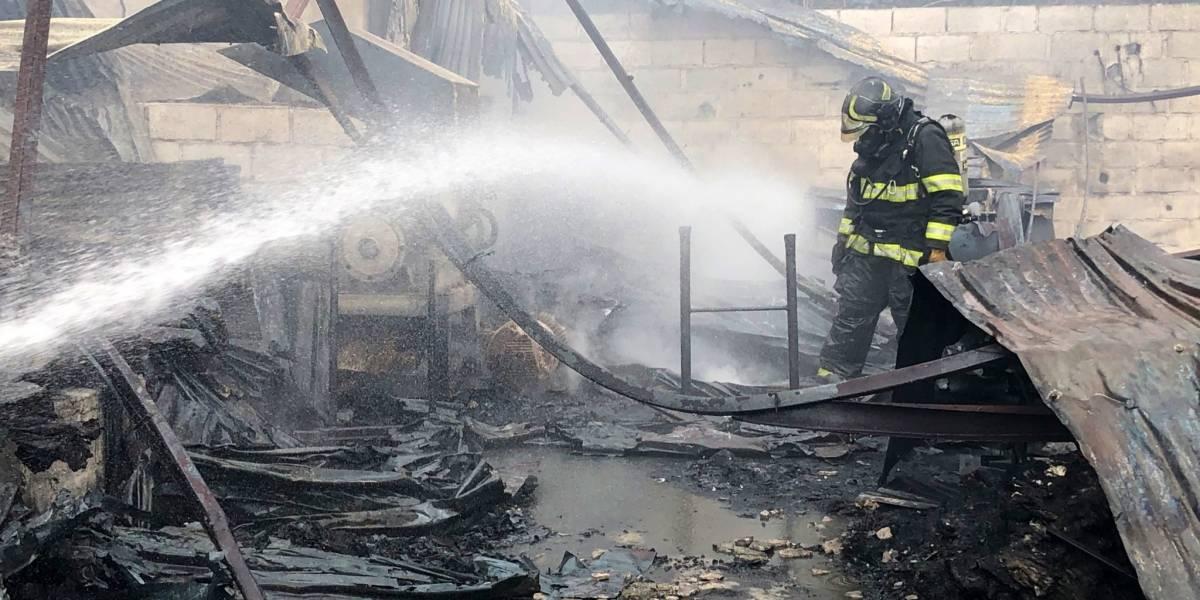 Una persona de 32 años con síntomas de intoxicación tras incendio de fábrica de mangueras en el norte de Quito