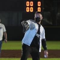 Julio Urías engalana inauguración de Parque de Beisbol en San Pedro