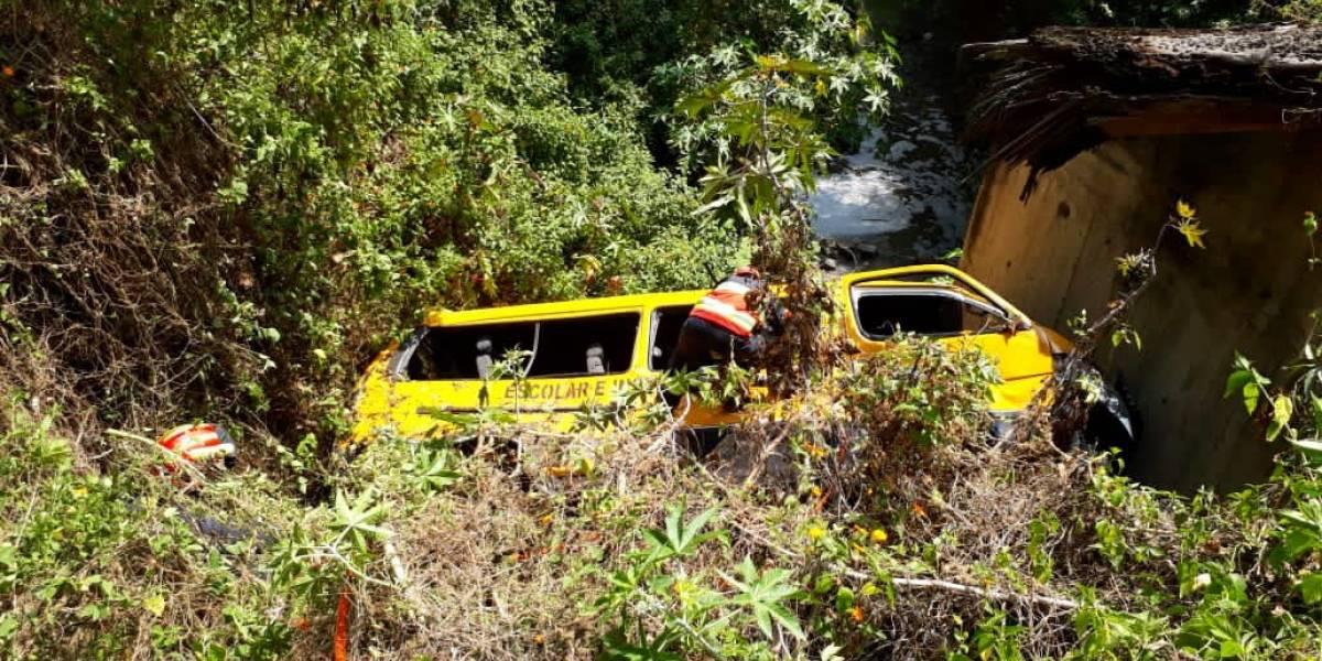 Bomberos rescataron a una persona que quedó atrapada en una buseta tras caer en una pendiente en Cumbayá