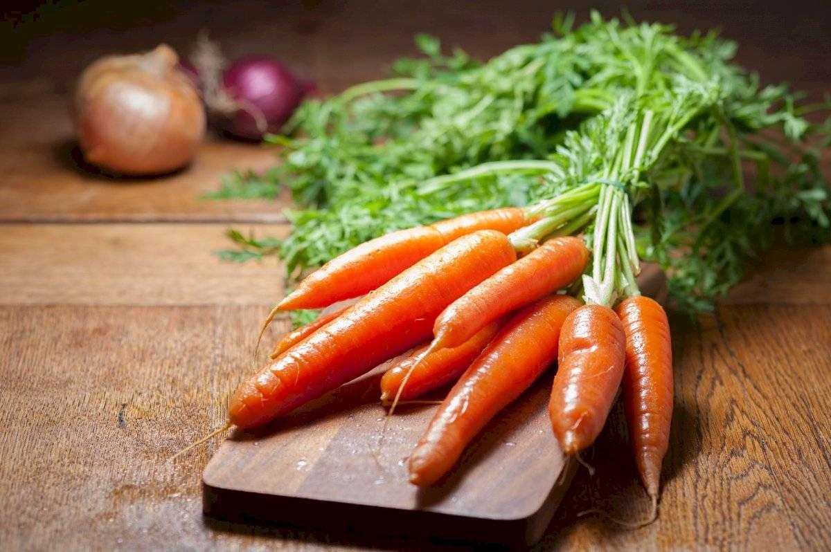 Las zanahorias son ricas en vitamina A,B,C y D. Favorecen la salud digestiva, la belleza del cabello y la piel.
