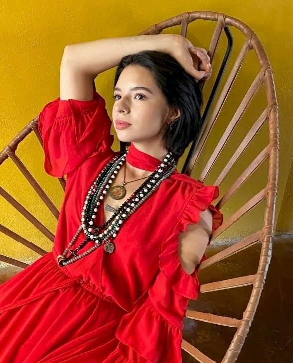 Ángela Aguilar deslumbra al lucir un vestido rojo con accesorios étnicos y demuestra que su estilo es único