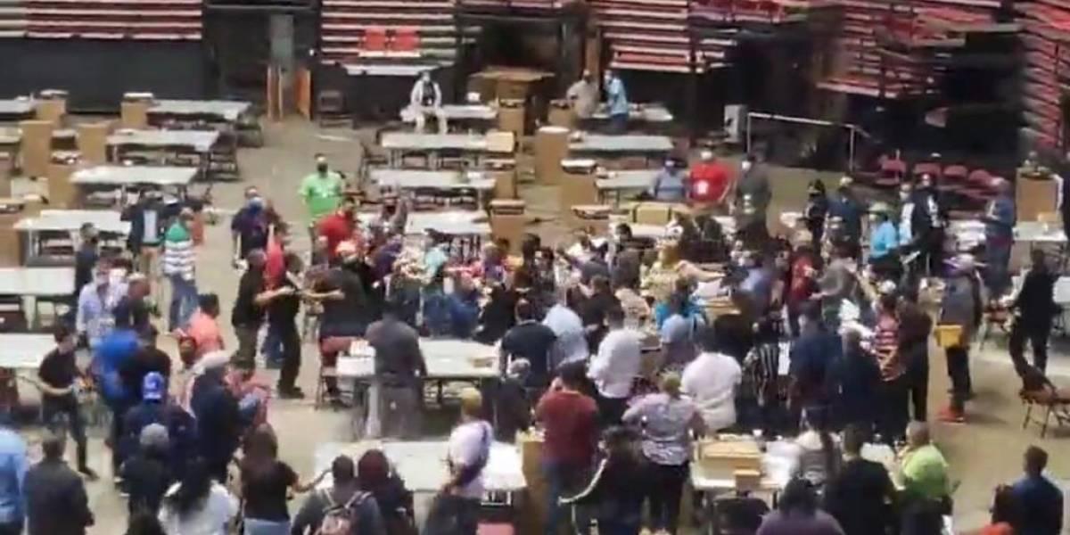 Se forma pelea entre funcionarios electorales al interior del Coliseo Roberto Clemente