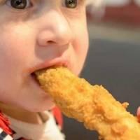 Babá dá nuggets de frango para crianças vegetarianas e mãe ameaça processá-la