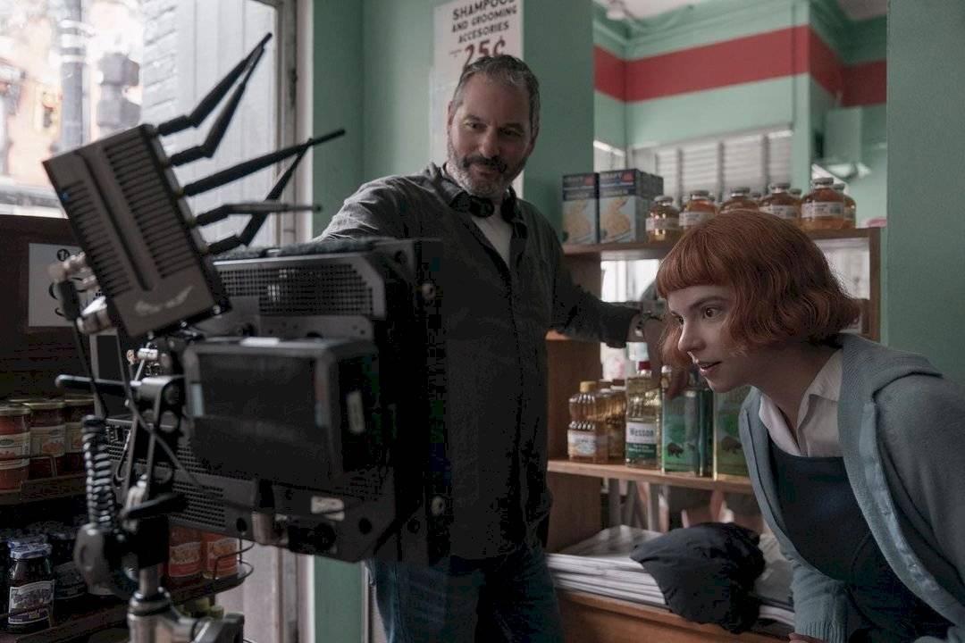 Anya Taylor-Joy observa, junto al director, los detalles de una escena.