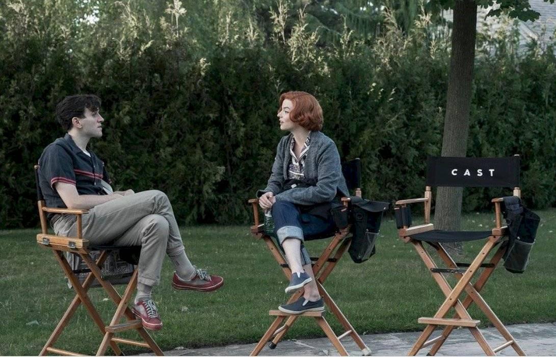 Los actores conversando antes de dar inicio al rodaje