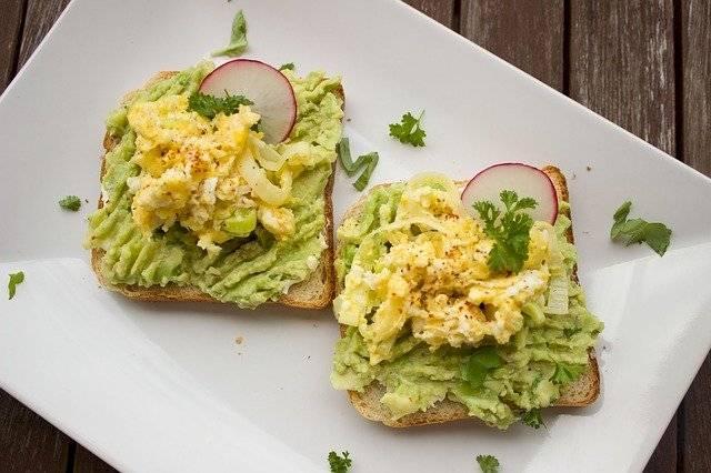 Un simple sándwich puede convertirse en un bocado gourmet si usas aguacate.