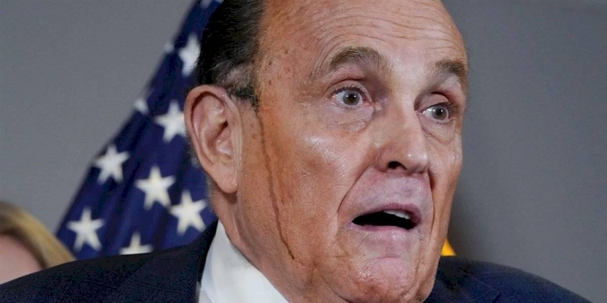 Rudy Giuliani suda tinte de pelo y se roba la atención en plena conferencia