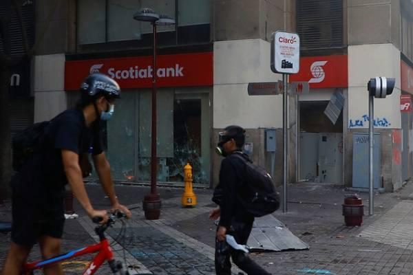 Cámaras de seguridad captan intentos de saqueo de un banco, una farmacia y un local de electrónica en pleno centro