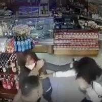 Video registra ataque violento de pareja de asaltantes a una panadería en Quito; Una mujer se resistió al robo