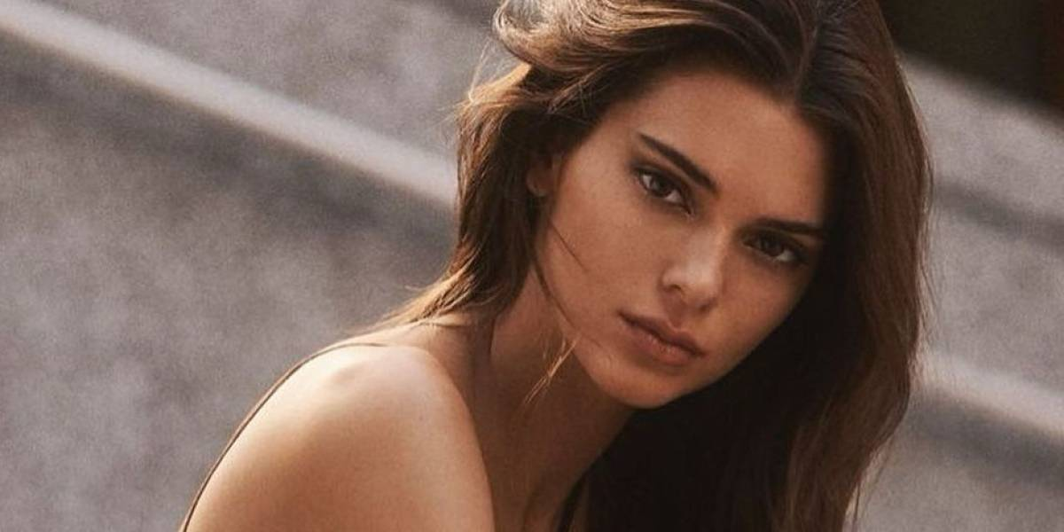 Kendall Jenner luce una elegancia de otoño en camisa combinada con top de encaje y un pantalón de terciopelo negro, que dejó ver su cintura de avispa