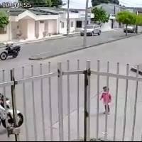 Mujer abandona a su hija para perseguir a hombre que le robó el celular