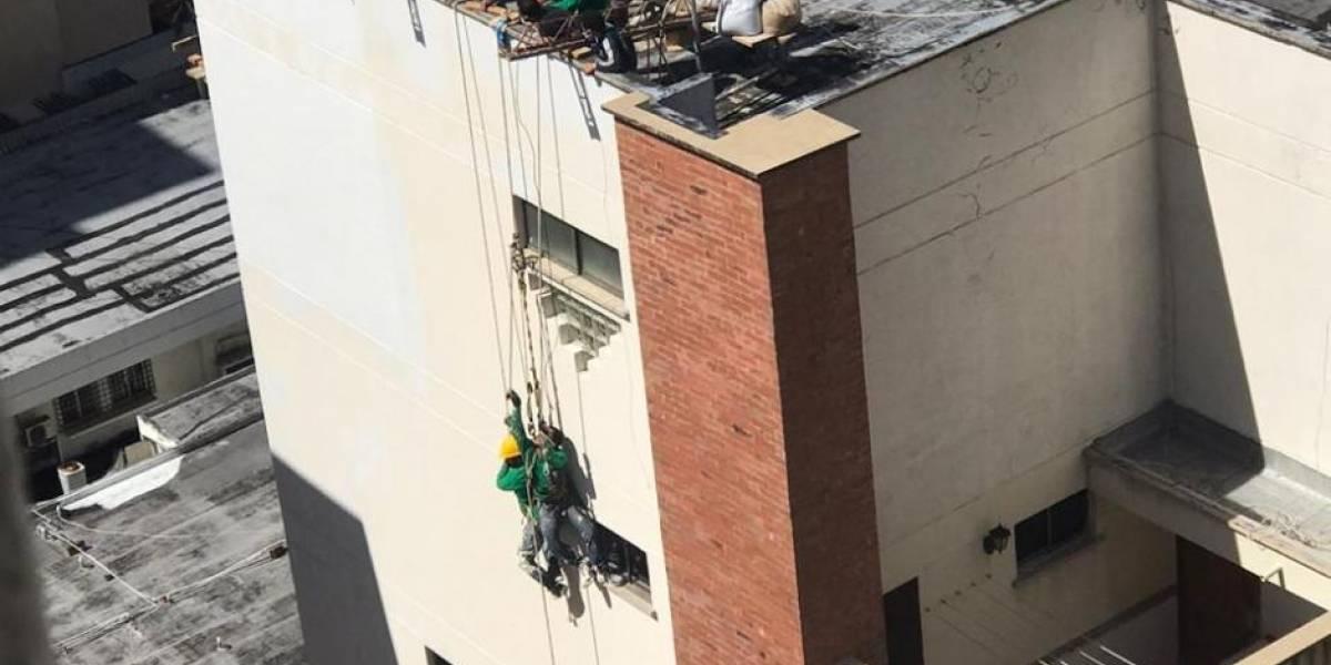 Al borde del vacío dos obreros por poco caen de andamio en noveno piso