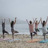 Aqui está postura de yoga que ajuda a aliviar dores nos tornozelos e ombros