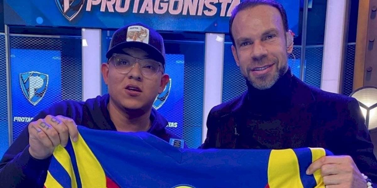 Zague le regala un jersey clásico del América a Julio Urías