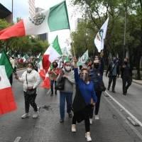 Integrantes de Frenaaa marchan hacia el Ángel contra AMLO