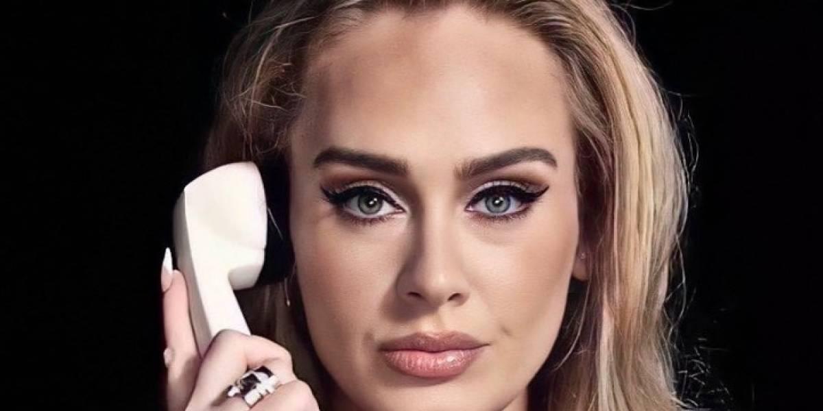Adele logra un look elegante y casual con un jean skinny negro, un blazer estampado y boina francesa
