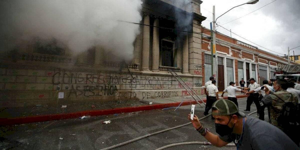 Manifestantes incendian parte del Congreso de Guatemala ante recorte presupuestal