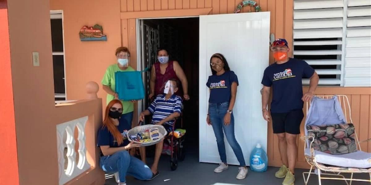 Jóvenes llevan compras de Acción de Gracias a familias de bajos recursos