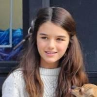 La hija de Tom Cruise, Suri luce coqueta en un vestido de estampado floral, chamarra y botines en una salida con su madre, la actriz Katie Holmes
