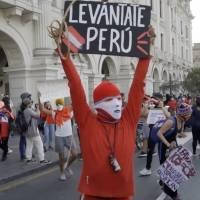 Miles exigen en Perú justicia por la muerte de dos manifestantes y una nueva constitución