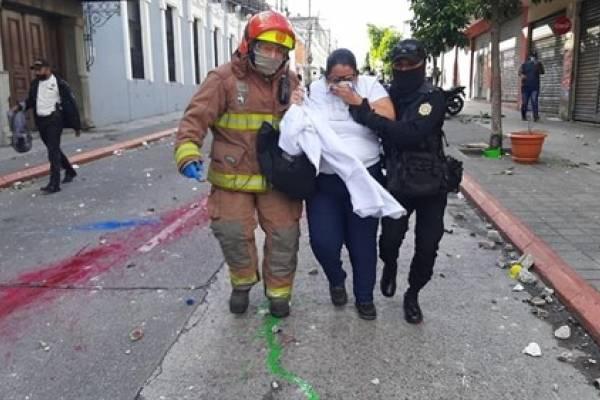 Comisión de DD.HH. denuncia represión policial en Guatemala tras el incendio del Congreso por parte de manifestantes