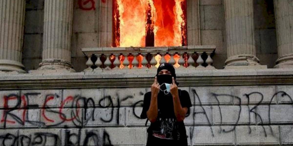 Cientos de manifestantes prendieron fuego al Congreso de Guatemala (fotos y video)