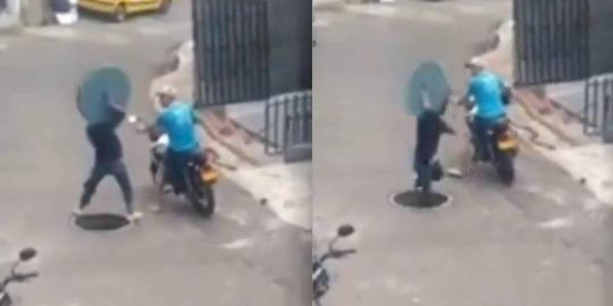 (VIDEO) Hombre intenta robarse la tapa de una alcantarilla y se cae en el hueco