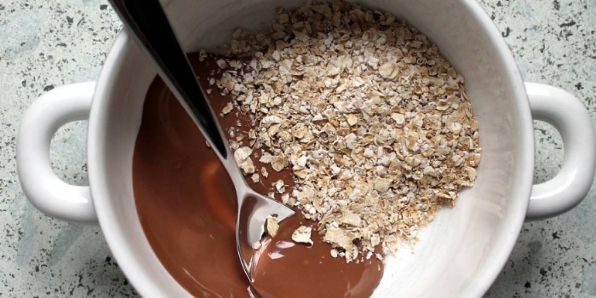 Mira cómo hacer atole de avena sin leche y chocolate