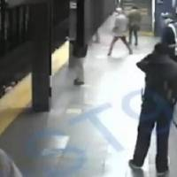 Ecuatoriana fue empujada por un indigente a las vías de un tren en New York y sobrevivió de milagro