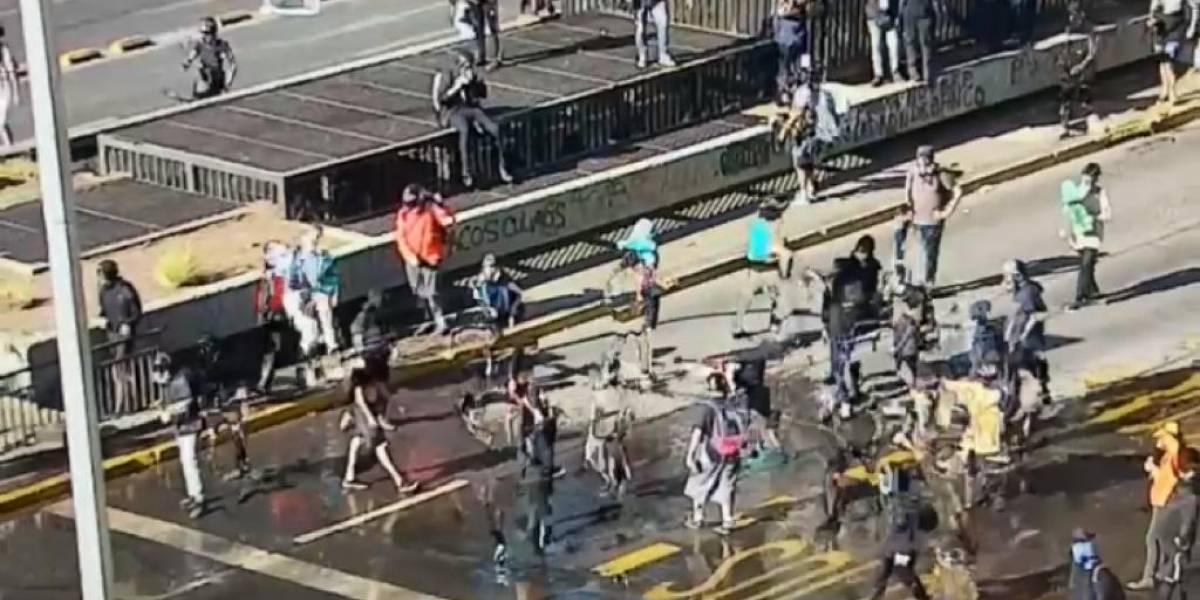 Manifestantes cortan el tránsito en la Alameda: piden la renuncia de Piñera