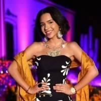 Ángela Aguilar con playera corta blanca y jeans desgastados tiene el look ideal para recibir el año con estilo
