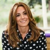 Kate Middleton se rejuvenece con un look muy chic de top de jersey estampado con pantalón palazzo y unos tenis