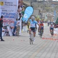¡Con gritos, aplausos y confeti! Byron Guamá ganó la tercera etapa de la Vuelta al Ecuador y así lo recibieron en la meta