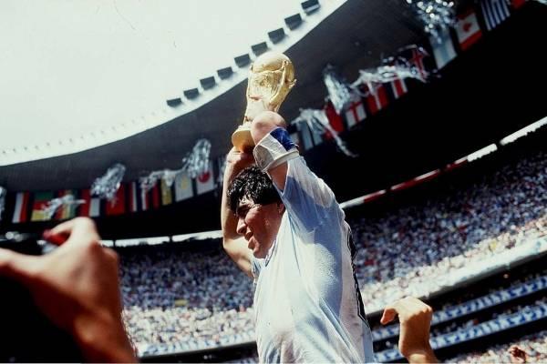 Diego Armando Maradona futbolista, la bandera de Argentina por el mundo y el santo de Nápoles