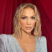 Jennifer Lopez reaparece sin maquillaje a sus 51 años y en un camisón verde mostrando su sencillez