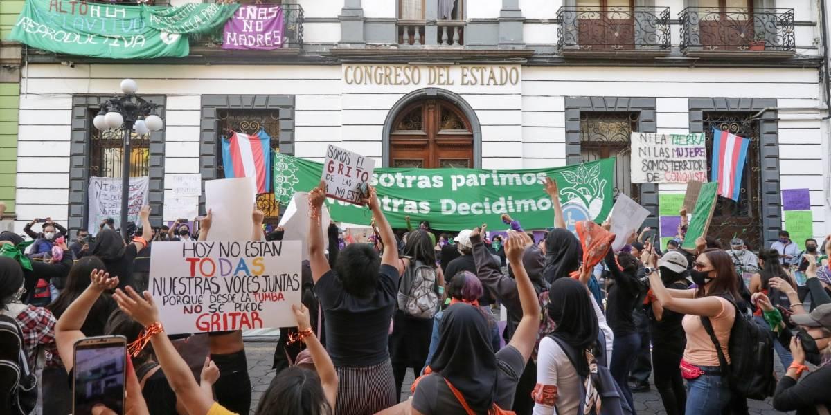 Feministas se apoderan del Congreso poblano [+Fotos]