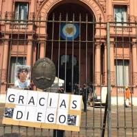 Trabajador de funeraria pide disculpas por sacarse una fotografía con los restos de Maradona