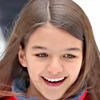 La hija de Tom Cruise, Suri cautiva en un maxi vestido de gasa rosa, de falda plisada asimétrica junto a unos tenis