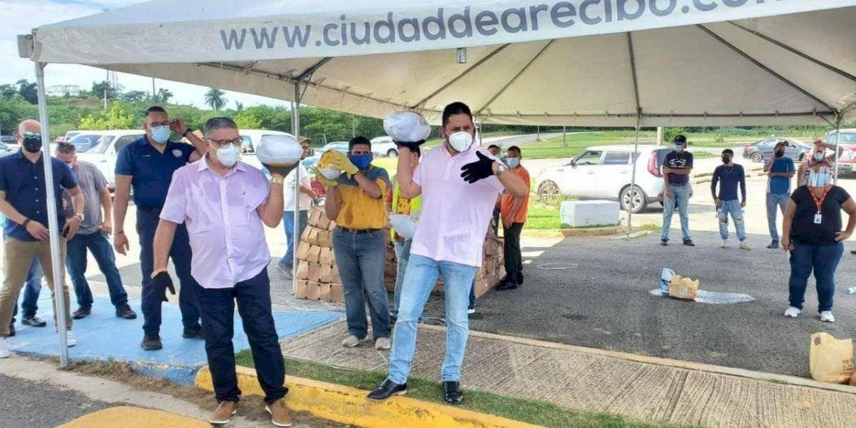 Carlos Molina y alcalde entrante de Arecibo entregan pavos