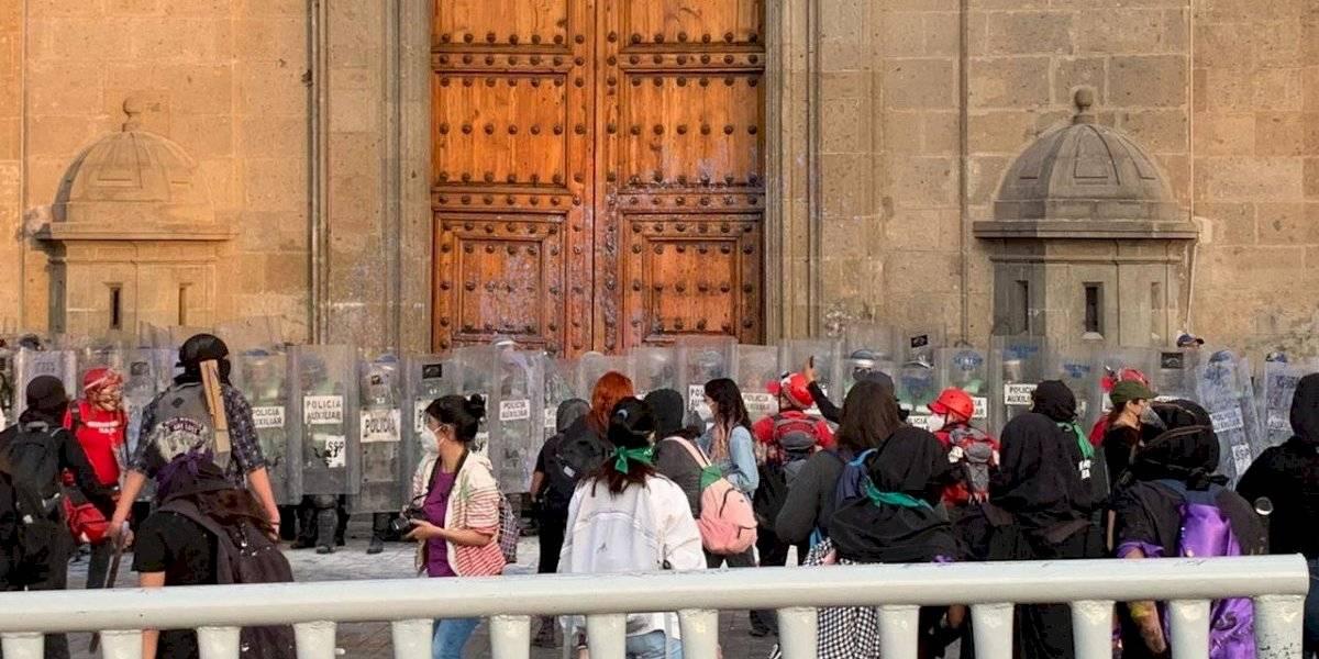 Presuntas feministas se enfrentan con policías en el Zócalo tras marcha