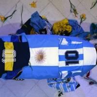 ¡Total irrespeto! Empleado de funeraria se fotografió con los restos de Maradona