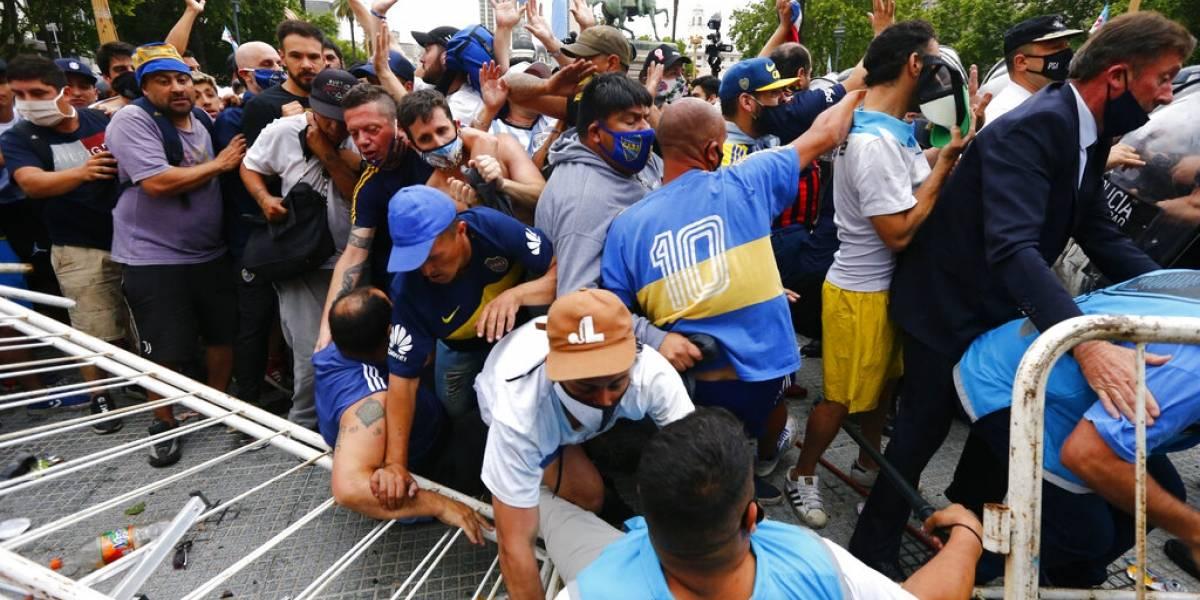 Caos en velorio de Maradona: gente desbordada, botellazos, golpes y arremetidas de la policía