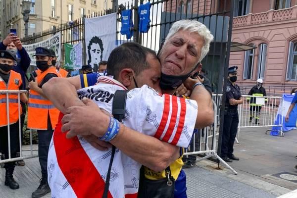La pasión por Diego Maradona une a todos: conmovedora foto de hinchas de Boca consolando a un fanático de River