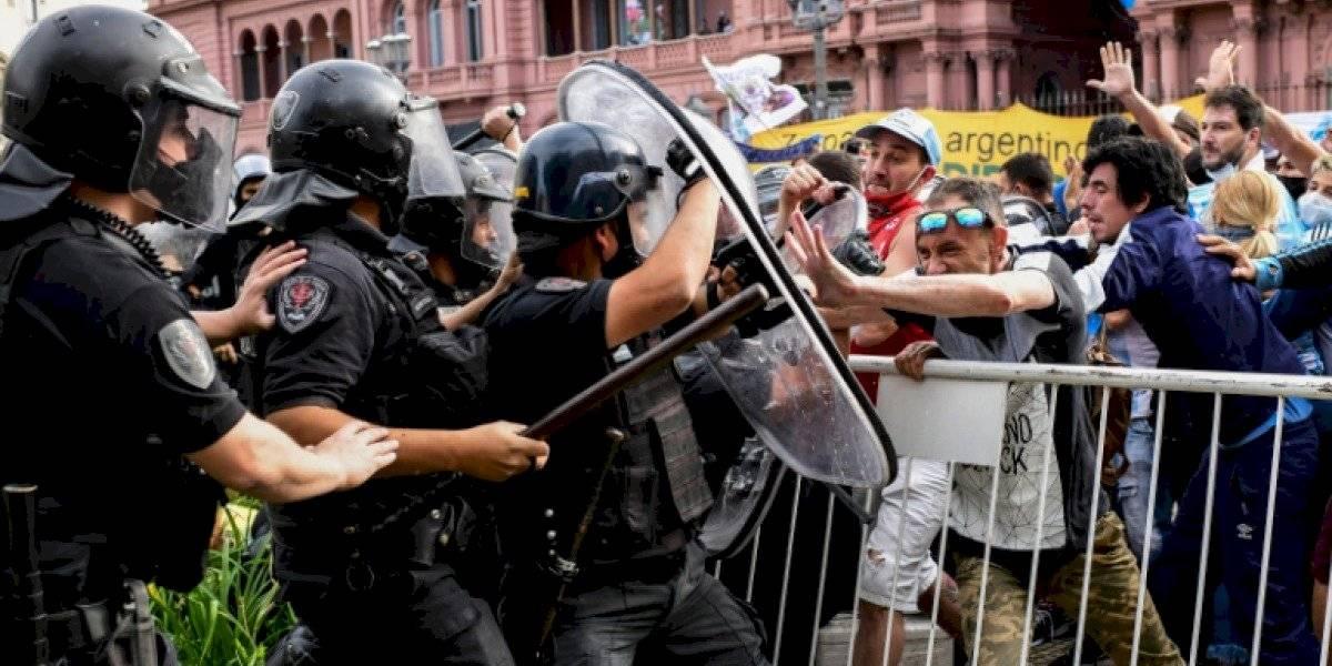 Disturbios en el velorio de Maradona: Policías se enfrentan a fanáticos que intentan llegar a la Casa Rosada