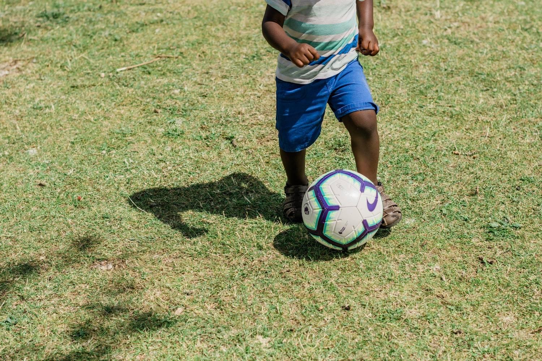 Niño jugando al fútbol.