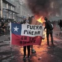 Policía dispara cañones de agua contra manifestantes antigubernamentales en Chile