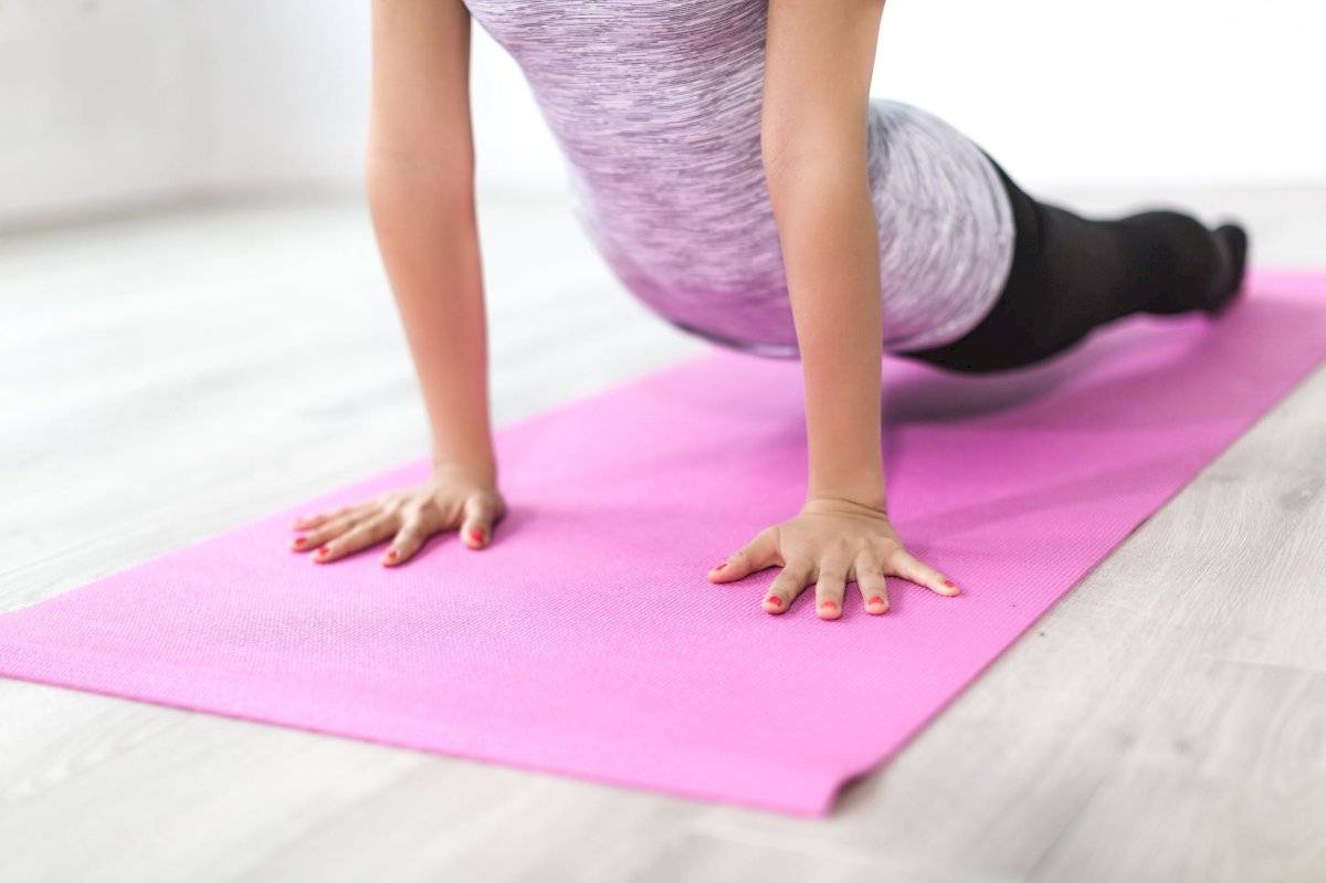 ejercicios como el yoga y el pilates también pueden ayudarte a disminuir la flacidez.