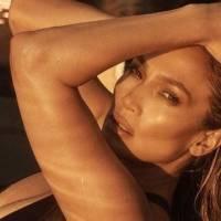 Jennifer Lopez muestra su exquisita sala de estar con una ostentosa decoración navideña