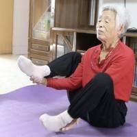 Mujer china de 82 años se hace viral gracias a su increíble flexibilidad