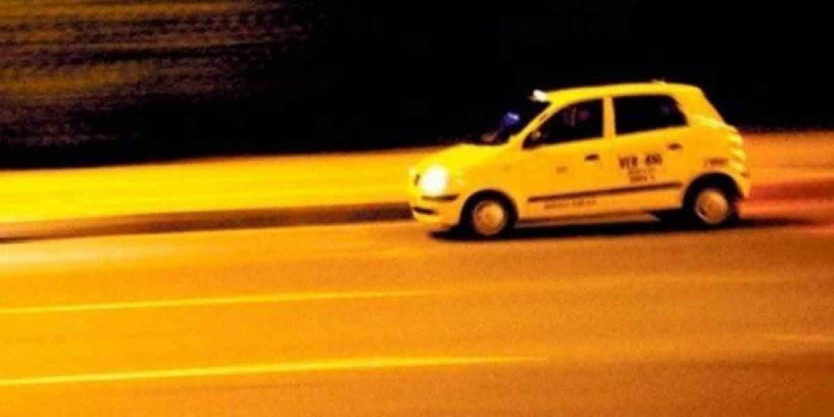 Delincuentes lanzaron a víctima de su carro en pleno movimiento y arrollaron dos policías